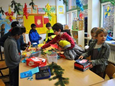Weihnachtswerkstatt bastelnde Kinder